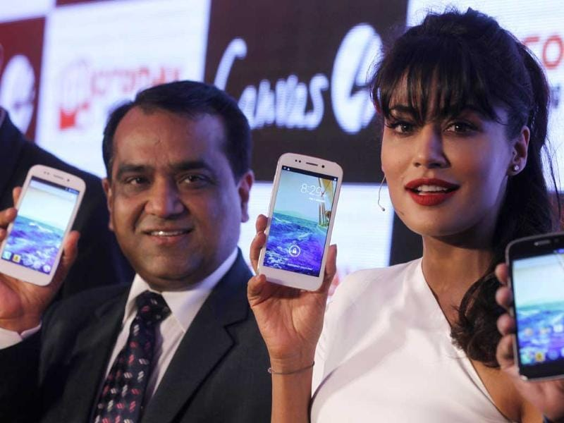 Chitrangada Singh along with MicroMAX Official members poses with the newly unveiled Micromax Canvas 4 smartphone in New Delhi. Photo: Raj K Raj/ Hindustan Times