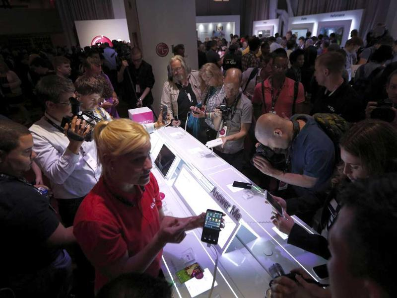 Journalists look at the new LG G2 smartphone following its debut at a news conference in New York. Photo: Reuters/Brendan McDermid