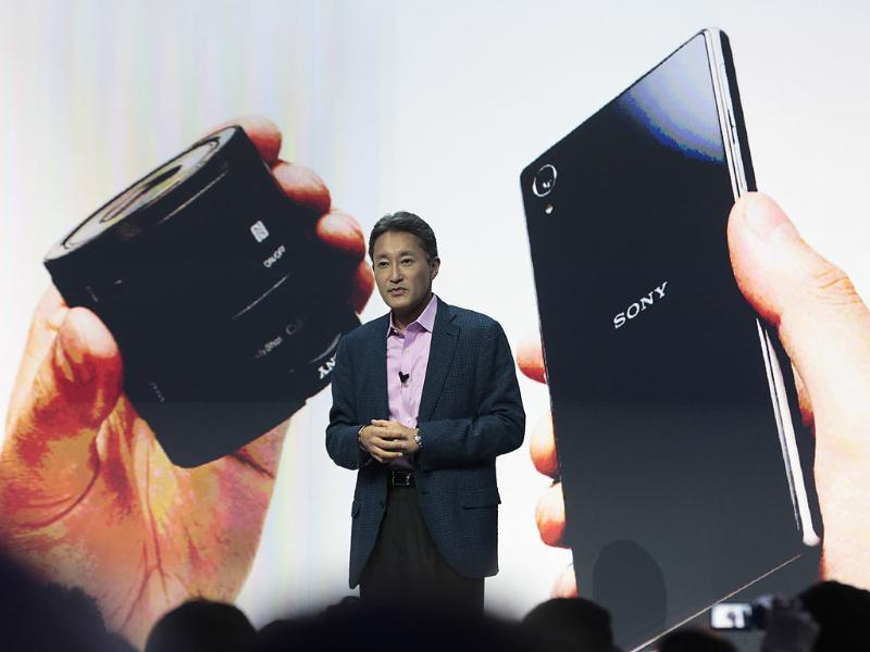 Kazuo Hirai, President and CEO of Sony presents the new Sony Xperia Z1 smartphone and an attachable lens style camera for smartphones in Berlin. Photo:AP/Markus Schreiber