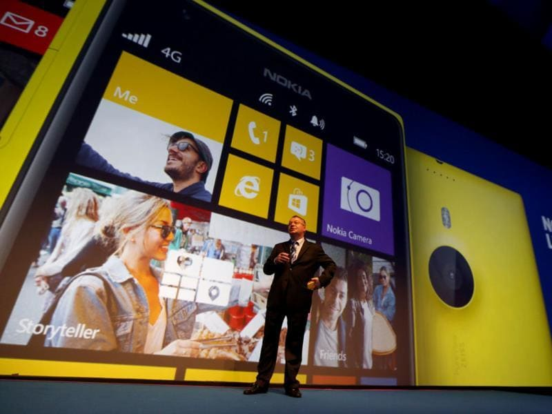 Nokia CEO, Canadian Stephen Elop, unveils the Nokia Lumia 1520 during an event to unveil Nokia's latest products in Abu Dhabi. Photo: AFP / Karim Sahib