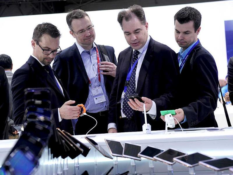 Visitors look at Samsung devices at the Mobile World Congress in Barcelona. (AFP photo)