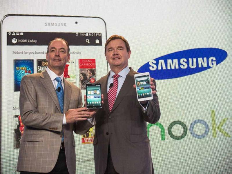 Mike Huseby (R), CEO of Barnes & Noble, and Tim Baxter, president of Samsung Electronics America, pose for a photo at a media event introducing the new Samsung Galaxy Tab 4 Nook in New York City. Photo: AFP/Andrew Burton/Getty Images