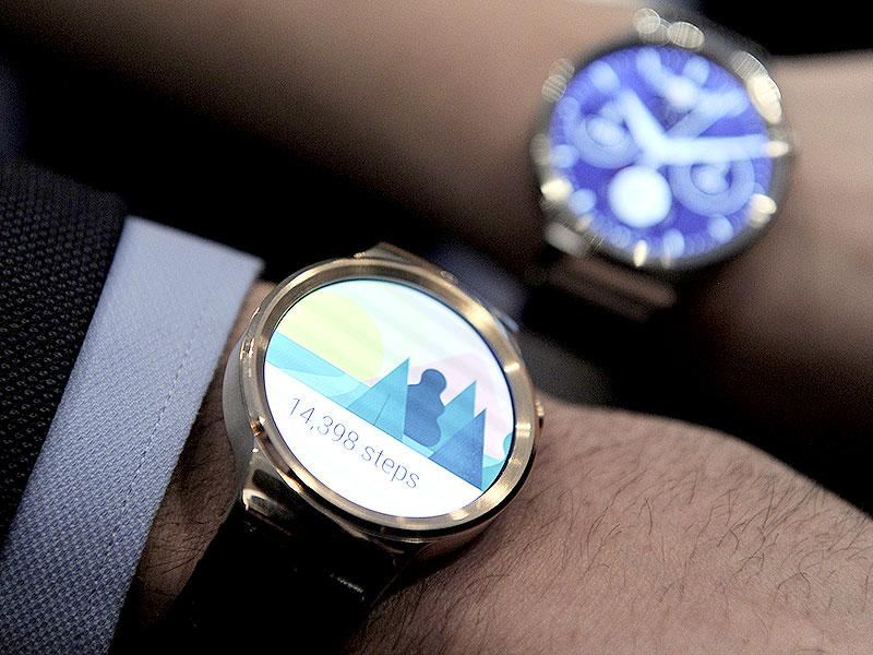 Two models show the new Huawei's device 'Huawei Watch' during a press conference in Barcelona. Photo: AFP