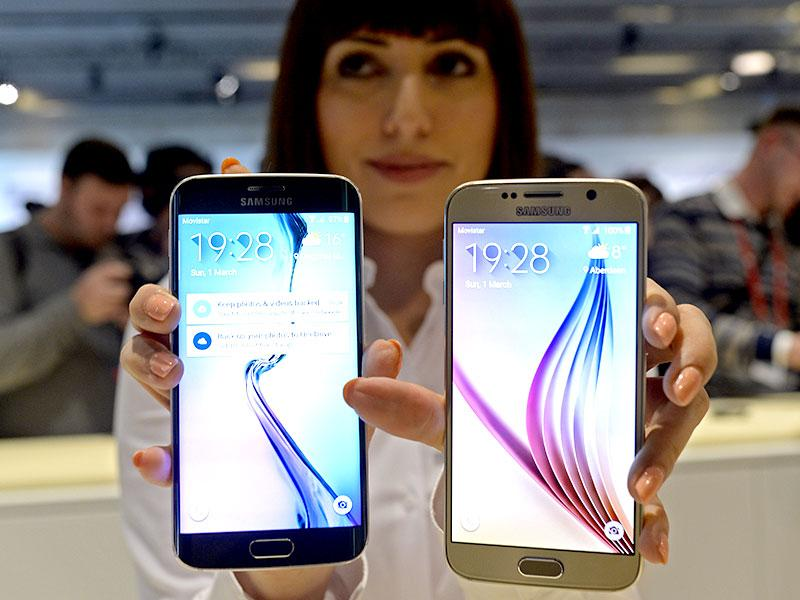 Galaxy S6, right, and S6 Edge are displayed during a Samsung Galaxy Unpacked 2015 event. Photo: AP