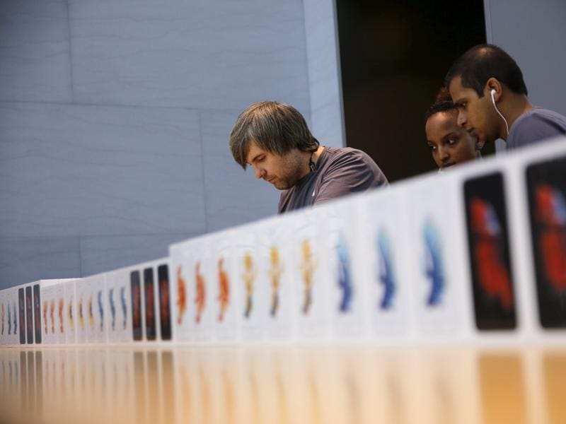Apple employees take orders for the new iPhone 6S at the Apple Retail in Palo Alto, California. (Reuters Photo)