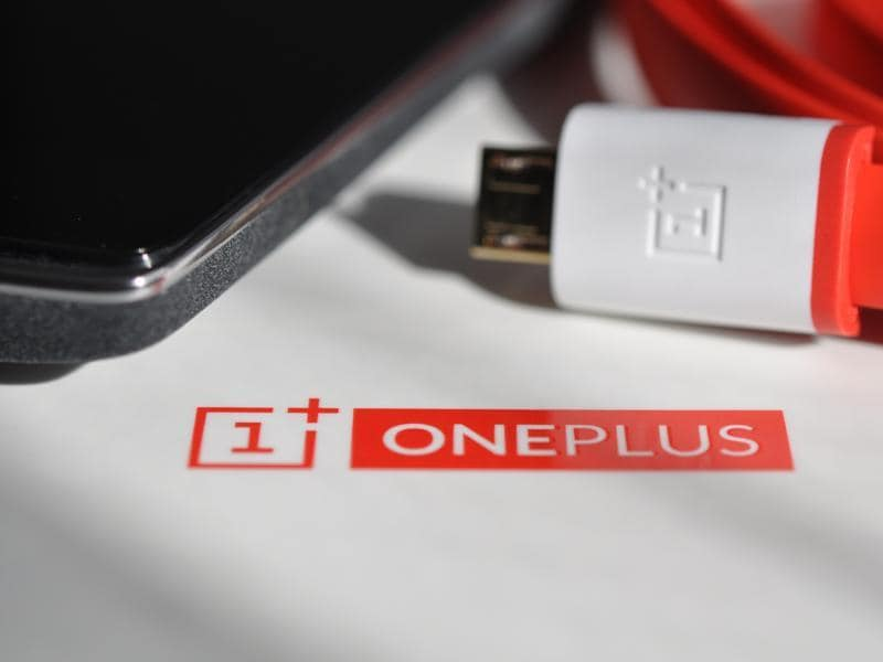 Even though the OnePlus 2 sported the Snapdragon 810 capable of Fast Charging the company gave it a miss and now, seems to have a system of its own to solve the issue of consumers being stuck to power banks and wall chargers.