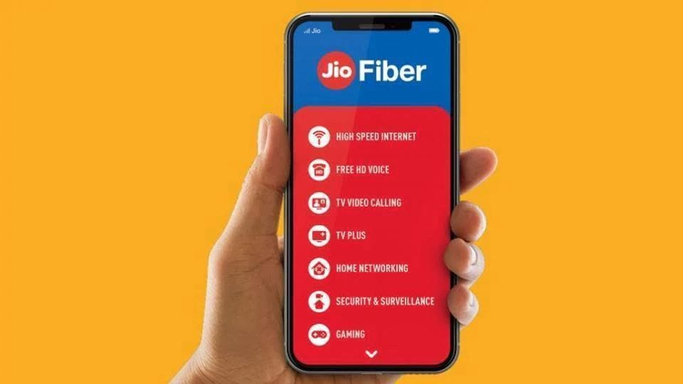 Reliance JioFiber basic data plans compared with Airtel Fiber.