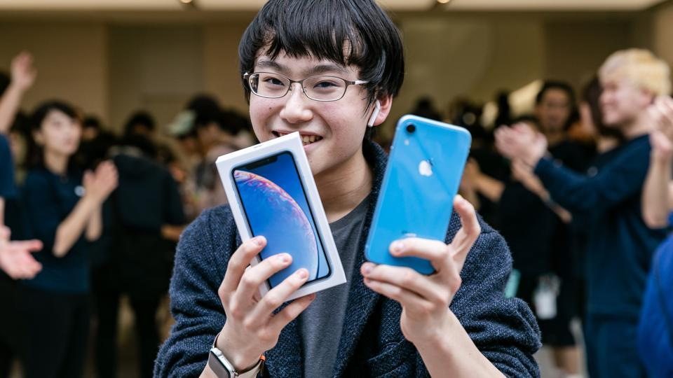 Buyer holding the iPhone XR.