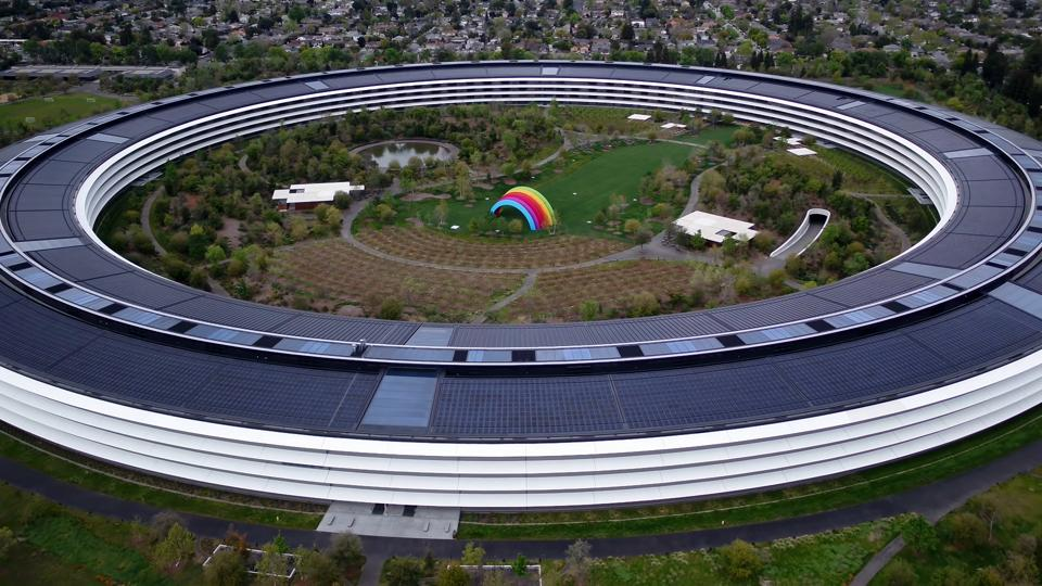 In the 3:24 video, one can see hardly anyone walking outside or standing anywhere inside the Apple campus. Even the roads outside hardly have any vehicles.